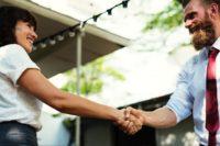 Une femme et un homme se serrent la main